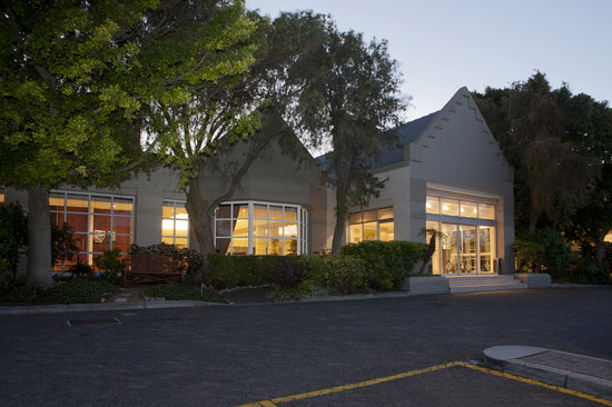 City Lodge Pinelands: Front of hotel 2