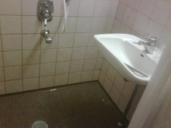 Nyborg, Denmark: The shower cabin is not separate. The floor gets wet.