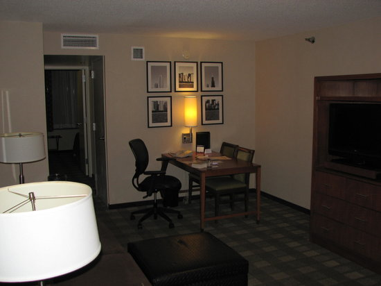 Embassy Suites Hotel Chicago Downtown: Living area; my 12th floor room