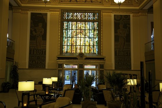 Drury Plaza Hotel Riverwalk: Stained glass accentuates the huge lobby
