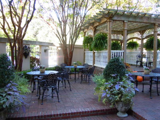 Presidents' Quarters Inn: Breakfast patio at the Presidents Quarters