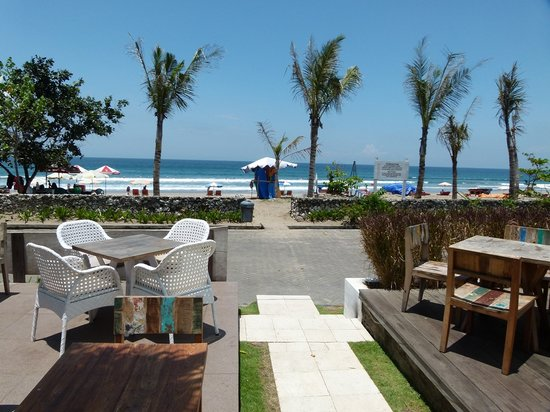 Maharta Bali Hotel & Spa: Beach directly across road
