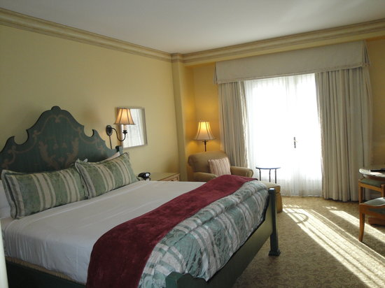 Loews Portofino Bay Hotel at Universal Orlando: Great king size bed.