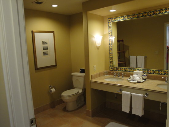 Loews Portofino Bay Hotel at Universal Orlando: The large bathroom.