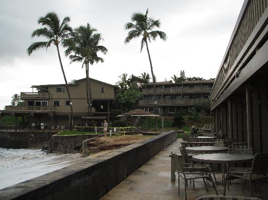 Kahana Sunset: Another view of the common walkway creating traffic between the units