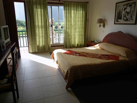Vansana Vang Vieng Hotel: Bedroom with a view