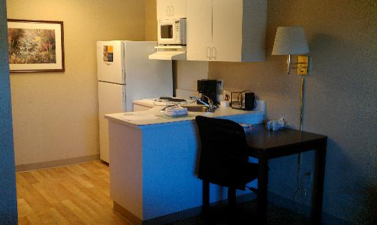 Extended Stay America - Roanoke - Airport: kitchen
