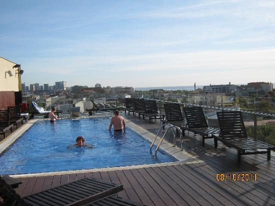 H10 Marina Barcelona Hotel : Roof top pool on 8th floor 