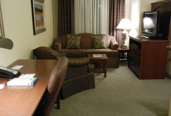 Staybridge Suites Lafayette: The desk and living room