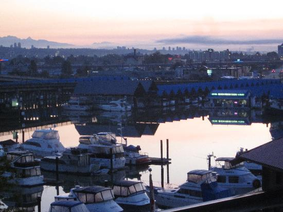 Pacific Gateway Hotel at Vancouver Airport: Sunrise view