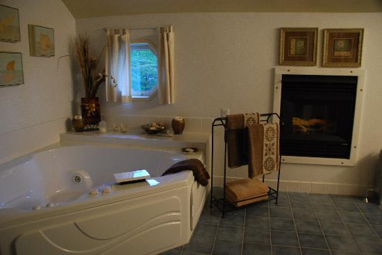 Fox Creek Inn: Spacious bathroom!