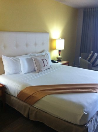Deauville Beach Resort: bed no blanket??