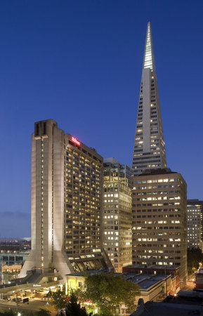 Hilton San Francisco Financial District: Hotel exterior at dusk