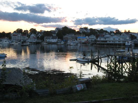 Rocktide Inn: Sunset over the harbor