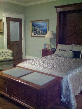 Jefferson Street Bed & Breakfast: Comfy bed!