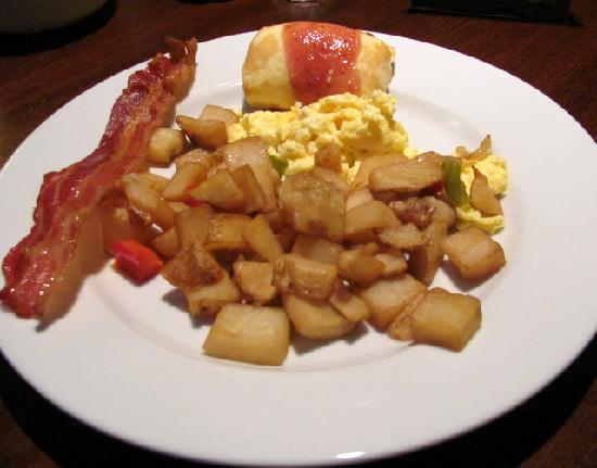 Holiday Inn Chicago Oakbrook: hot buffet includes, eggs, potatoes, bacon, sausage, strawberry  blintzes