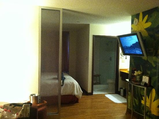 Hotel Indigo Chicago - Vernon Hills: View towards bed, tv and bathroom