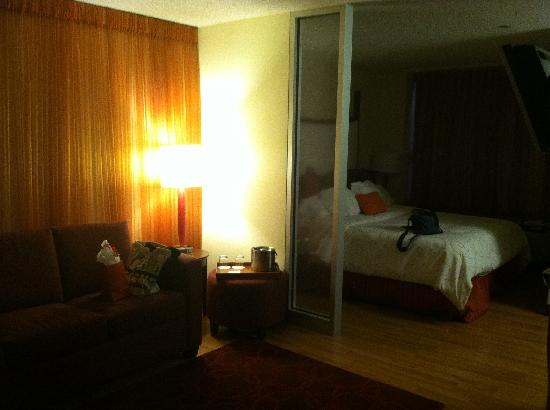 ‪‪Hotel Indigo Chicago - Vernon Hills‬: View towards bed and couch‬