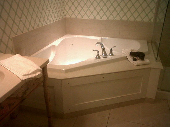 Lake Opechee Inn & Spa: Whirlpool Tub!