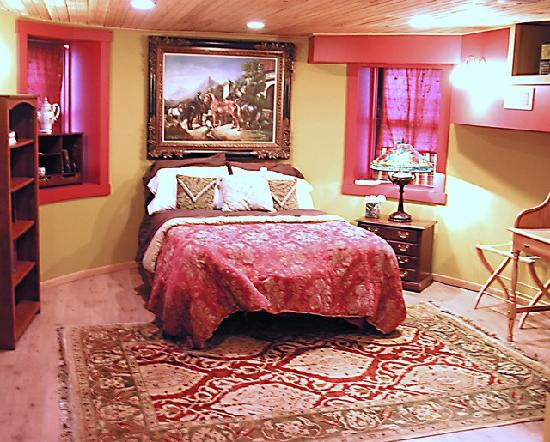 Stone Manor Vineyard & Orchard B&B: The Red Garden Suite