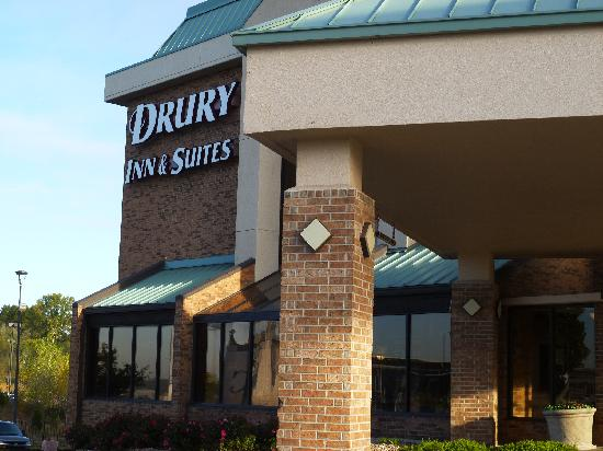 Drury Inn & Suites Kansas City Stadium: Entrance to the hotel
