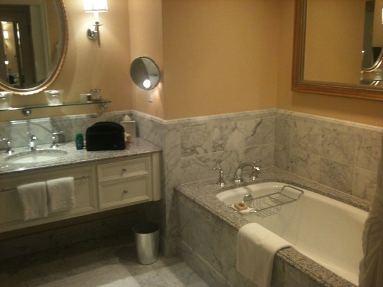 Four Seasons Hotel Westlake Village: Bath room