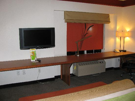 La Quinta Inn & Suites Atlanta Perimeter Medical: very long work desk