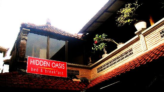 Hidden Oasis Bed & Breakfast: the entrance