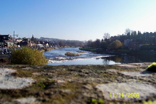 Rivendell B&B: River Nith through the town centre, fishermen in the river