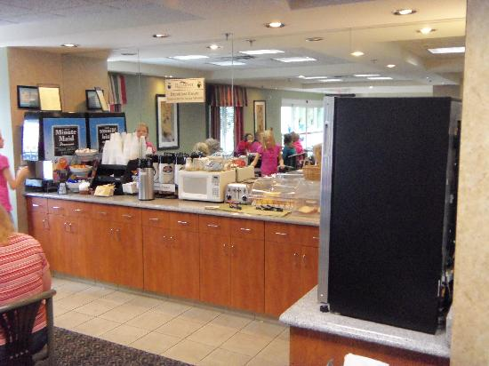 Baymont Inn & Suites Cookeville: breakfast area