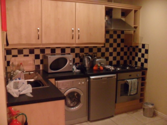 Malone Lodge Hotel &amp; Apartments: Kitchen area