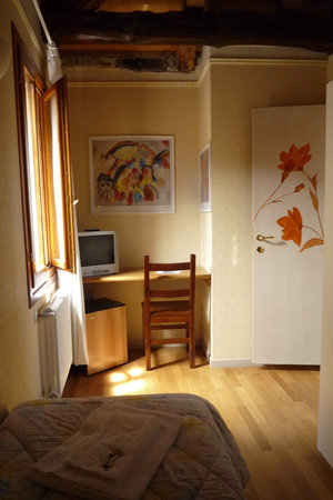 Ca dei Fuseri B&B: desk, chair, tv and mini fridge were all helpful
