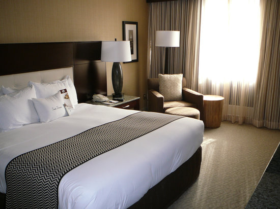 DoubleTree by Hilton - Washington DC - Crystal City: Insist on a renovated room if you must stay here.  Even so, bathroom wasn't clean.
