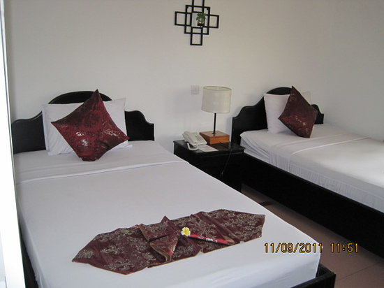 Frangipani Villa Hotel II: Our twin room.