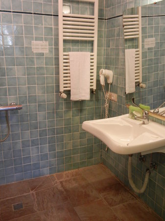 Hotel Azzi - Locanda degli Artisti: Our bathroom