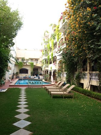 Jas Vilas: tranquil gardens and pool