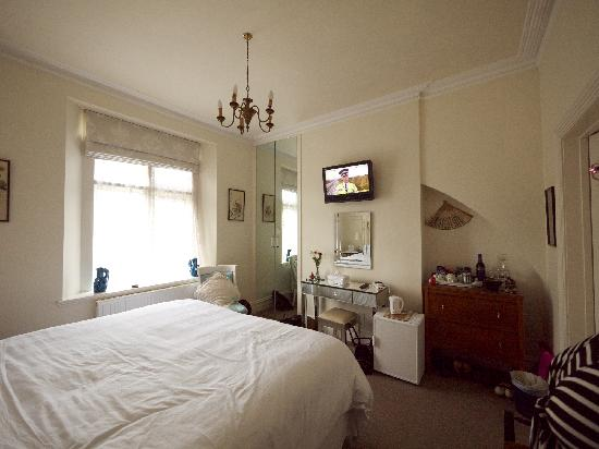 Marlborough House: Comfy Bed with TV