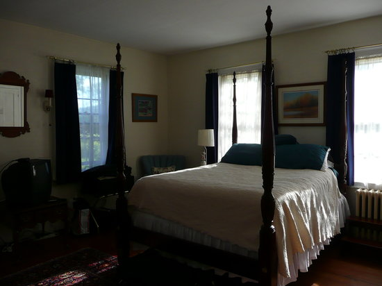 The Centennial House Bed and Breakfast: Northfield Room