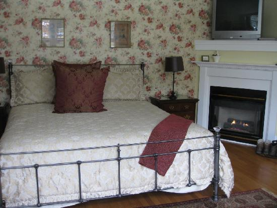 Four Chimneys Inn bedroom