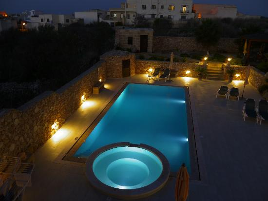 Ferrieha Farmhouse B&B: Evening view of the pool