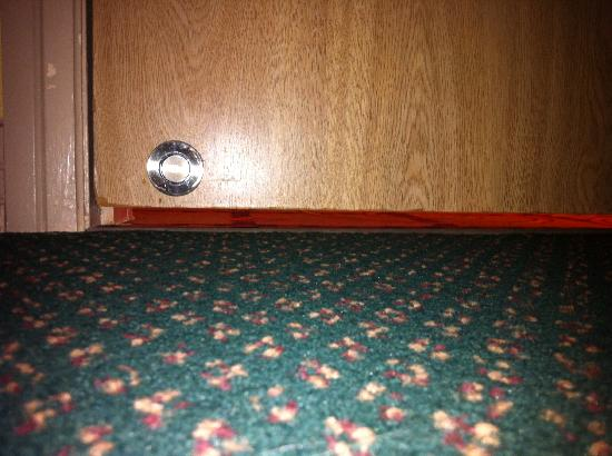 Pacific Inn Resort and Conference Centre: Gap under the door