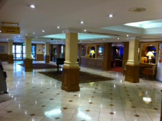 Hilton East Midlands Airport: Reception area and Piano Bar