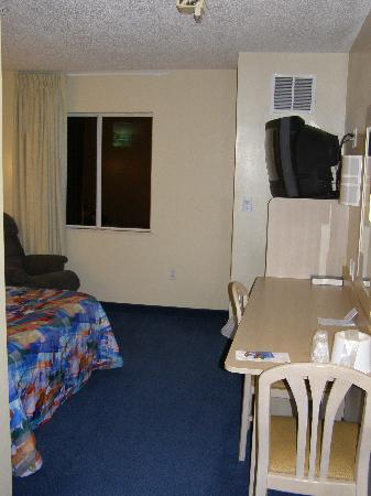 Motel 6 Newport: Compact space, but has nice recliner.