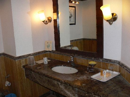 Hideaway River Lodge: Modern Bathroom