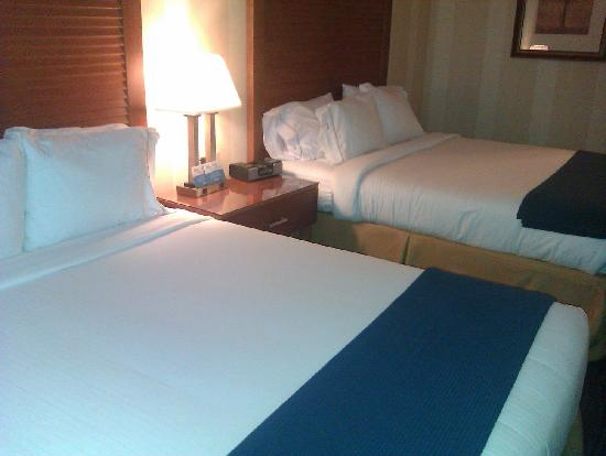 Holiday Inn Express Santa Cruz: beds