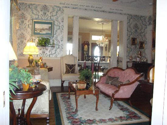 Fox Manor Historic Bed & Breakfast : Sitting room off the dining room