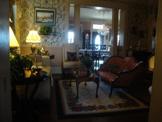 Fox Manor Historic Bed &amp; Breakfast: View of the dinning room
