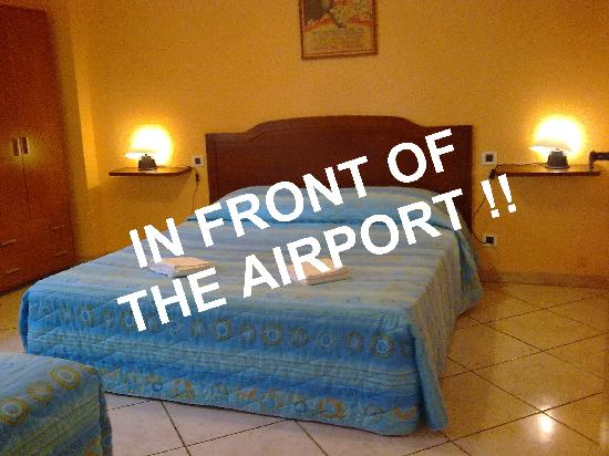 Airport Pisa Rooms: JUST 2 MIN FROM THE ARRIVAL / DEPARTURE TERMINAL