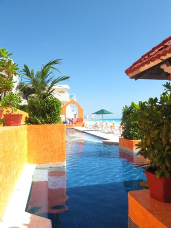 Avalon Baccara Cancun : Beautiful pool area 