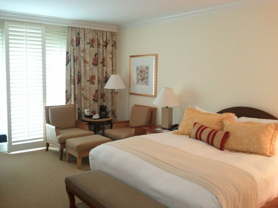 Balboa Bay Resort: Overview of the large room with the kingsize bed, balcony and large windwos with wooden blinds.